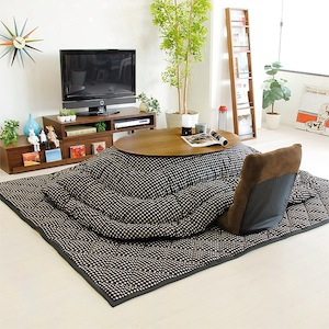 円形のこたつ布団を用いたおしゃれなインテリアの部屋