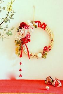 お正月手作りリースを玄関に飾る