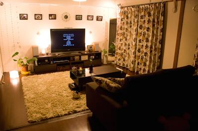 小物や間接照明を活用した男性の一人暮らしの部屋