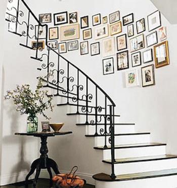 壁一面に写真や絵を飾ったおしゃれな階段のインテリアの実例
