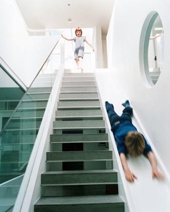滑り台のあるユニークな階段のインテリア実例