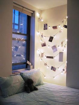 イルミネーションライトがおしゃれな寝室のインテリアのコーディネート