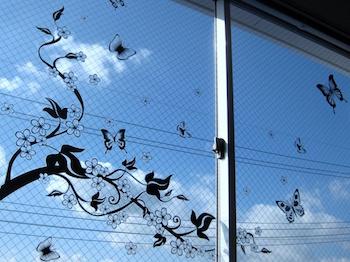 窓辺をシックなウォールシールで飾った画像