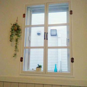 内側に格子窓をDIYしたおしゃれな飾り方
