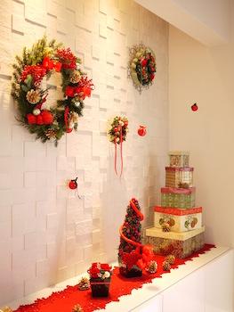 白い玄関によく映えるクリスマスの飾り付け画像