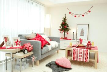 赤のクリスマスカラーが映えるモノトーンインテリアのお部屋