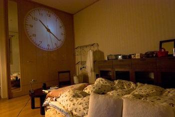 プロジェクション時計がおしゃれなインテリア画像