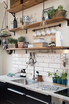DIYで棚を取り付けたおしゃれなキッチンの画像