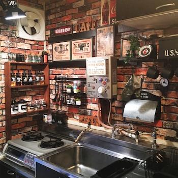 カフェバーの様なおしゃれなキッチンインテリアの画像