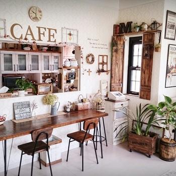 かわいい配色のカフェ風のリビングレイアウト画像