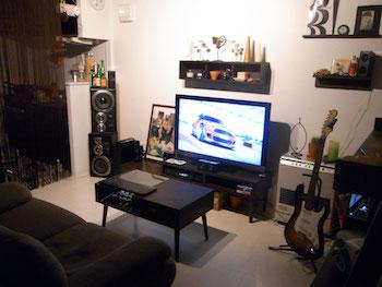 飾り棚でテレビ周りをおしゃれにした一人暮らしの部屋画像