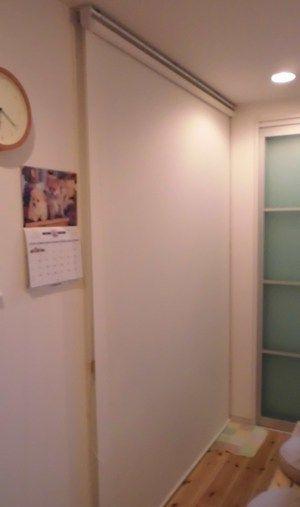 階段をロールスクリーンで間仕切 (京都市伏見区)