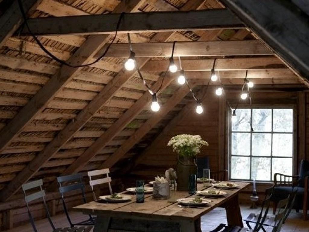 Ruang makan di bagian loteng rumah