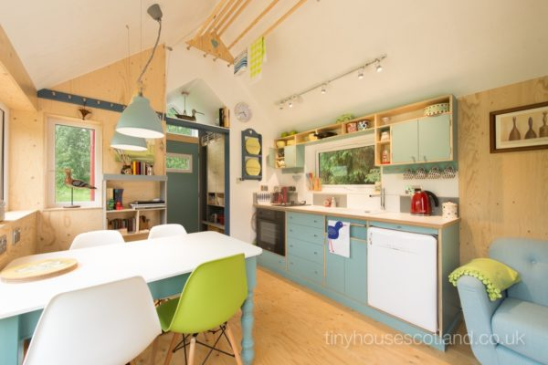 Desain rumah kecil yang fungsional; desain dapur dan ruang makan