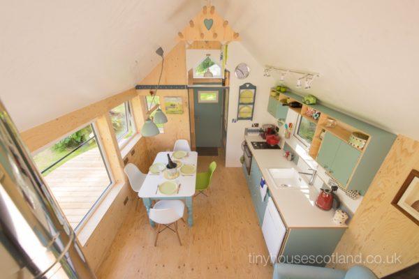 Desain rumah kecil yang fungsional; desain pantry dan ruang makan