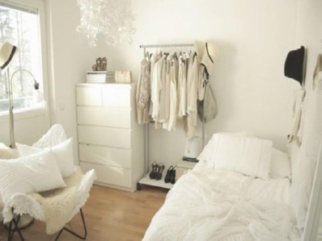 walk in closet dengan mini wardrobe di samping tempat tidur