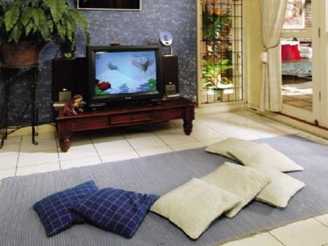 desain ruang tamu tanpa kursi3