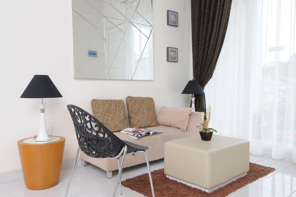desain ruang tamu kecil dengan cermin besar