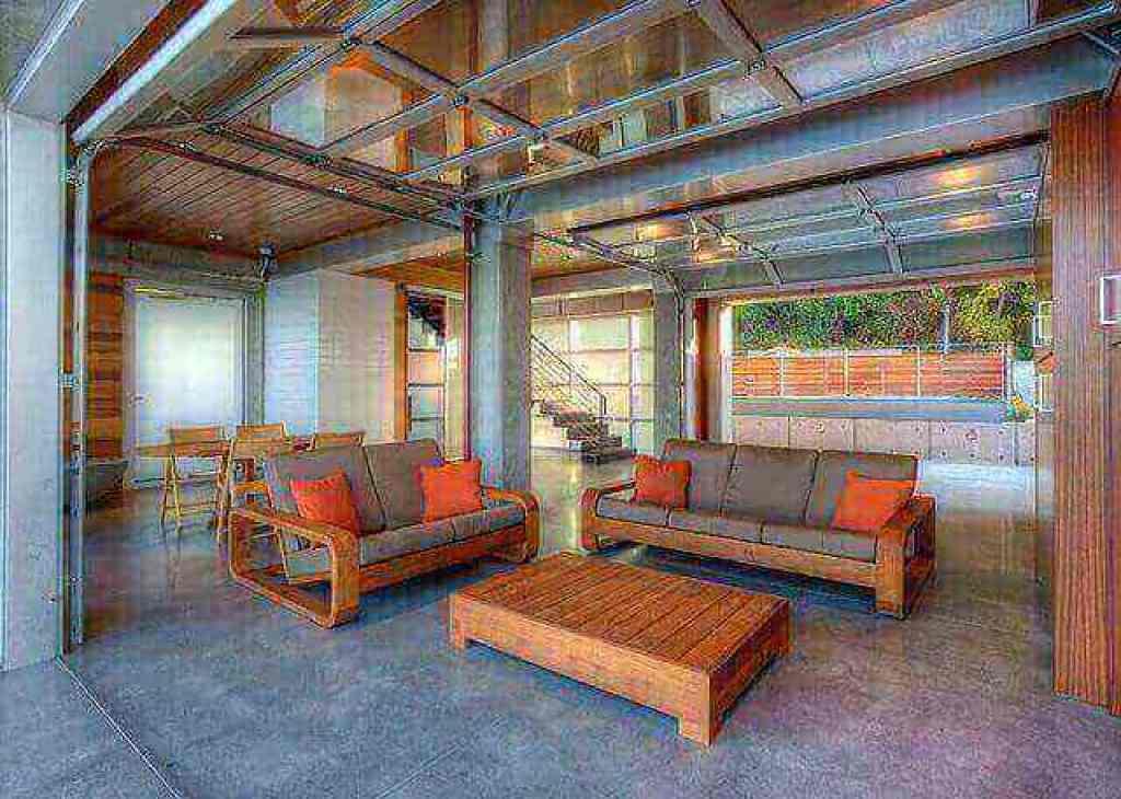 gambar ruangan dengan bukaan besar menggunakan pintu garasi kaca Nelson