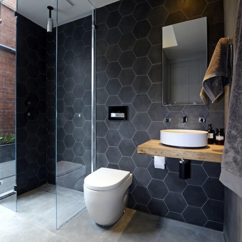kamar mandi minimalis dengan motif keramik heksagonal