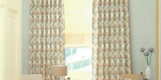 Agregar valor a su sala de estar instalando un telón de lujo