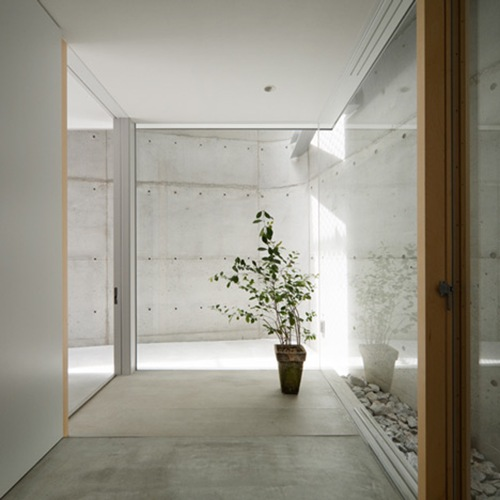 Casa Minimalista en Minamimachi por Suppose Design Office  Interiores