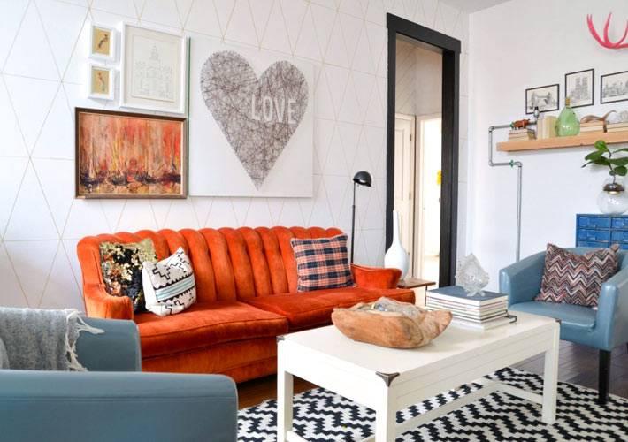красный диван и синие кресла в интерьере гостиной комнаты