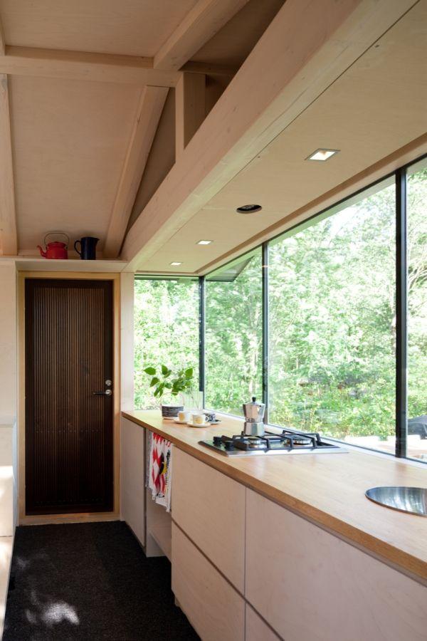 Mažosios kotedže esančios virtuvės interjeras Suomijoje