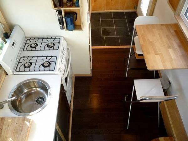 Virtuvė iš nedidelės kotedžo ant ratų Lapų namai Kanadoje