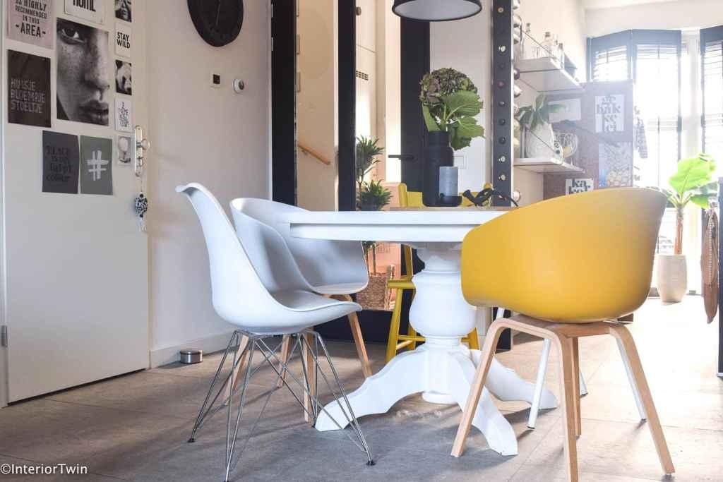 verschillende stoelen aan eettafel