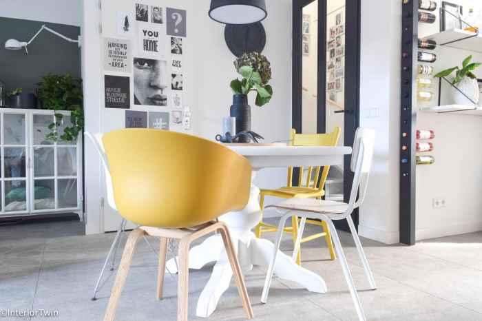 verschillende stoelen aan tafel