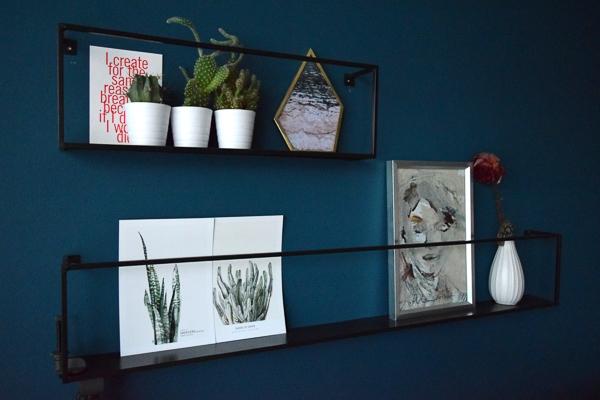 blauwe muur met zwarte wandrekjes