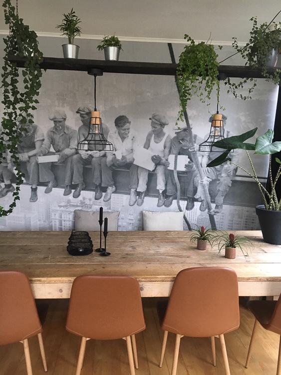 stoere eetkamer met plank met planten