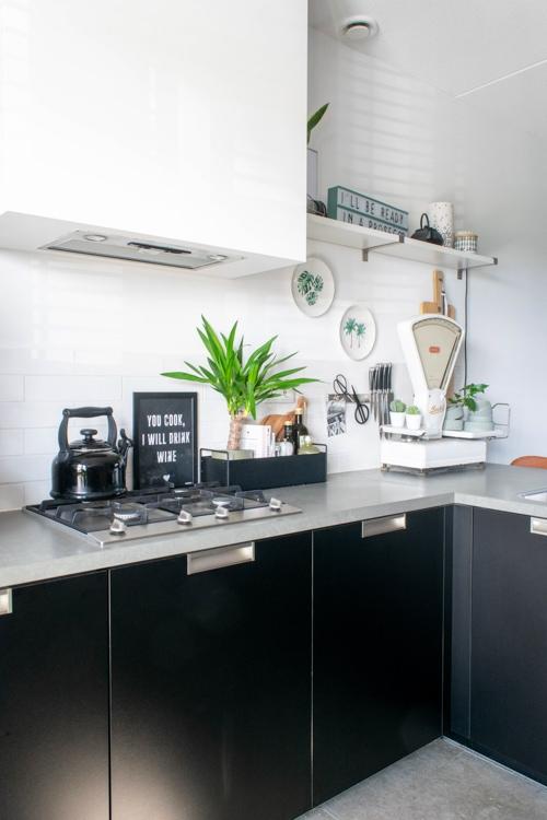 vingerafdrukken mat zwarte keuken