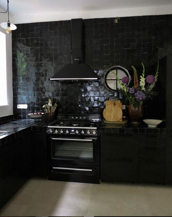 zwarte tegels keuken @veelwoongeluk