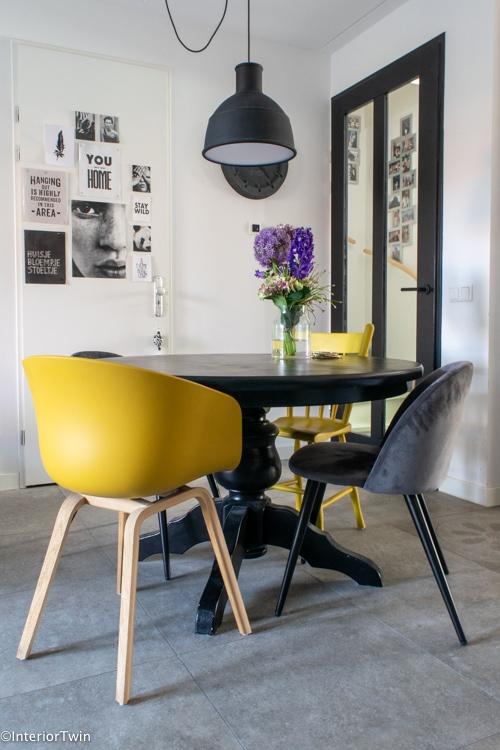 stoelen voor bij een ronde eettafel-2