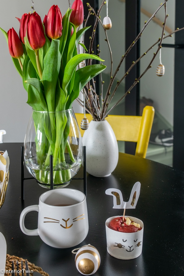 pasen decoratie tafel paastak tulpen vaasje