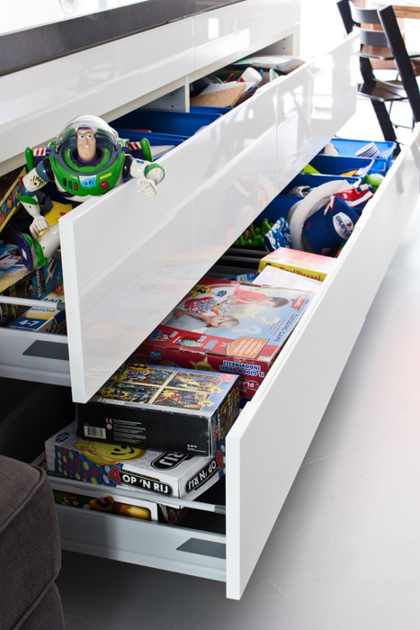 lades vol speelgoed opbergen woonkamer