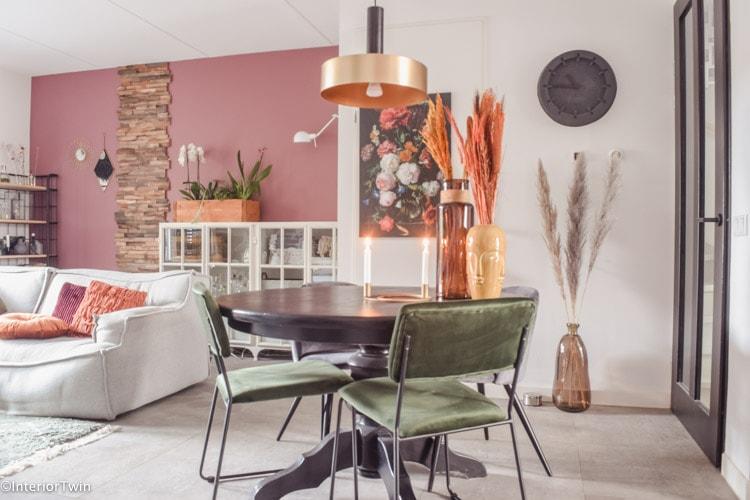 kleurrijke woonkamer roze groen geel terra