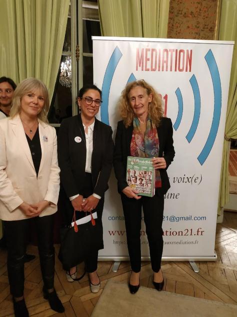 Joëlle Dunoyer et Marion Delisse, remettent à Madame la Garde des Sceaux des exemplaires d'INTER-médiés.