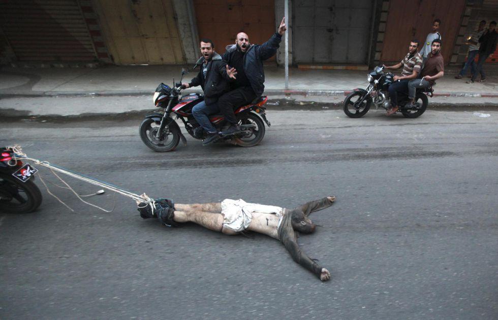 Resultado de imagen para Video terroristas de Hamas arrastran a un espía de los israelíes atado a una moto