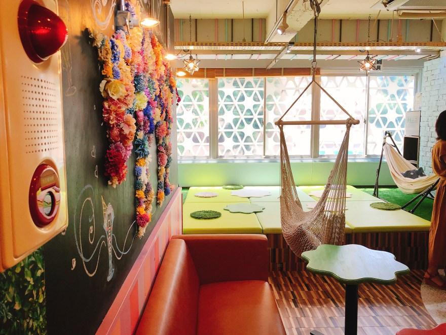 パフェとハンモックのカフェパマカの内観
