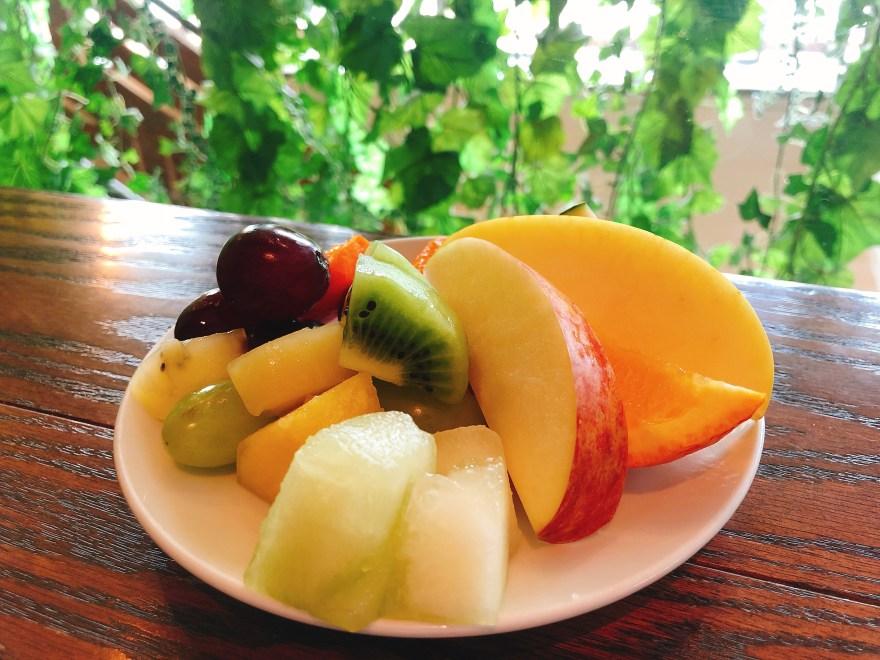 サニーオーチャード栄のフルーツ食べ放題のフルーツを皿に盛り付けた