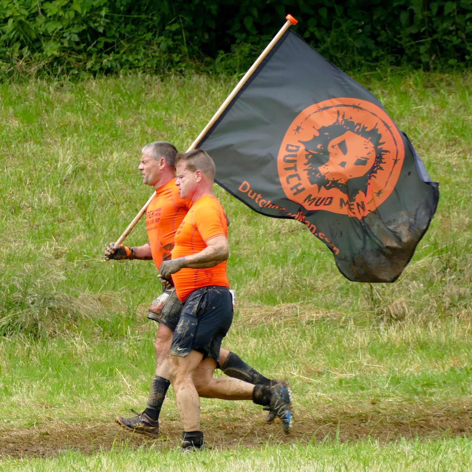 "Team ""Dutch Mud Men"" mit Flagge"
