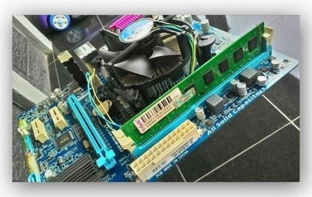 Модуль оперативной памяти в слоте материнской платы   Интернет-профи