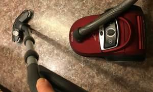 Küchenboden staubsaugen