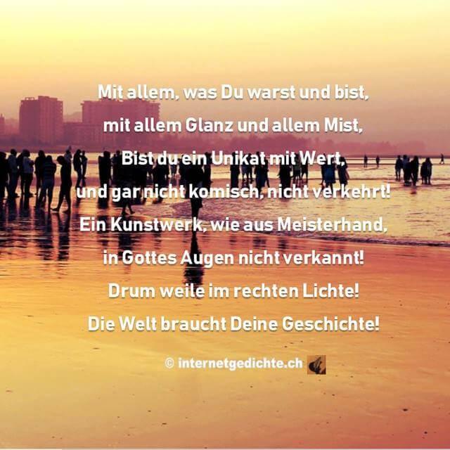 Die Welt braucht deine Geschichte (Gedichtauszug) auf Bild mit vielen Menschen am Strand