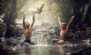 Freude beim Planschen im Bach - Zwei Kinder beim Spiel