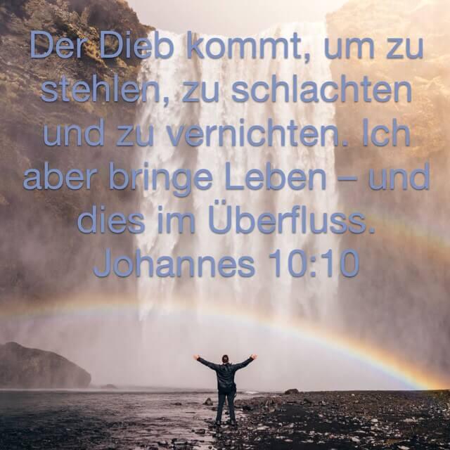 Bibelvers aus Johannesevangelium 10,10 auf Bild mit Person vor mächtigem Wasserfall