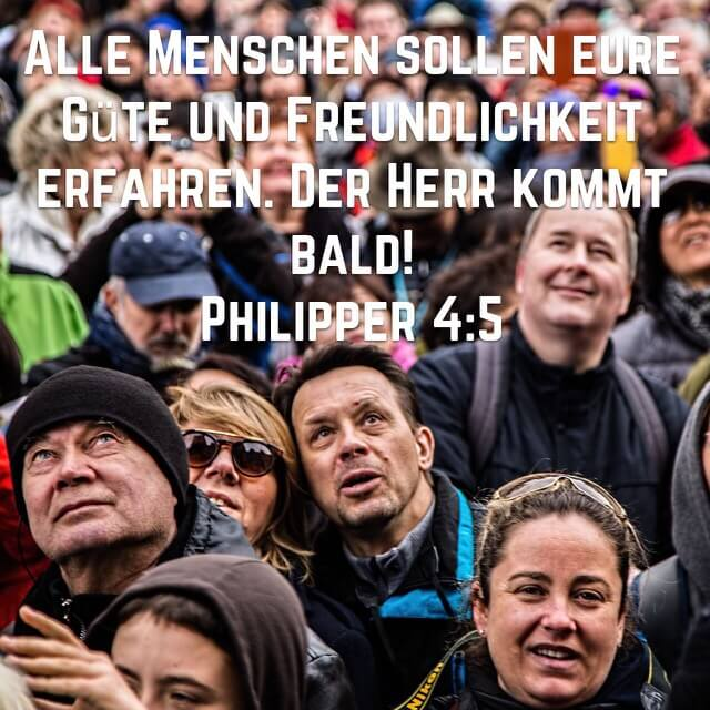 Biblevers aus Philliperbrief 4,5 auf Bild mit Menschenmenge / Gesichter